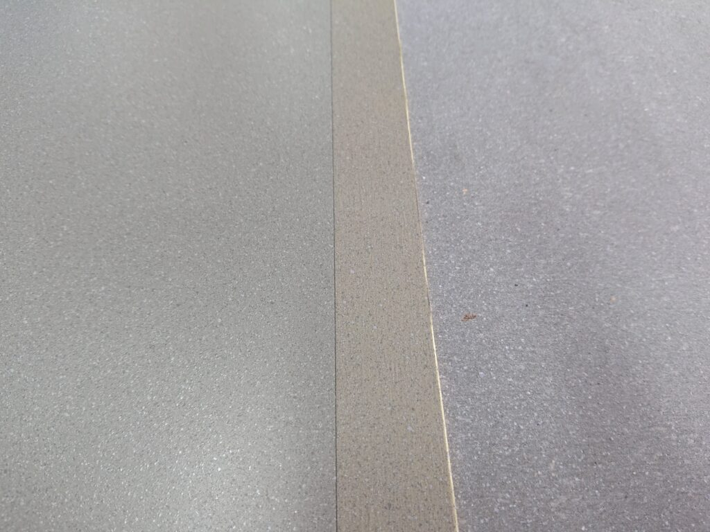 右が見本のアスロック・ナチュリアルの切断片で、左が再現したMDFボードです